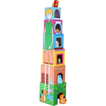 Věž z kostek s dřevěnými zvířátky