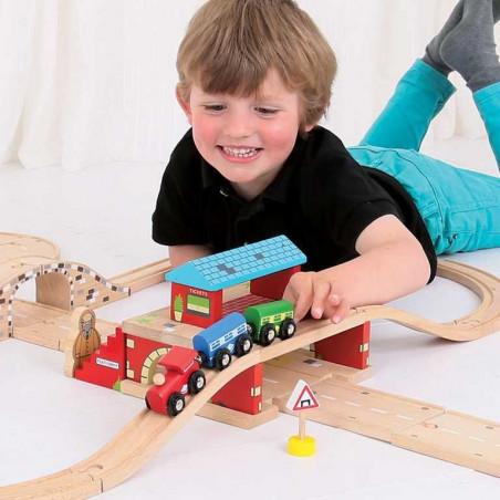 Bigjigs Rail dřevěné autodráhy - Nádraží nad cestou